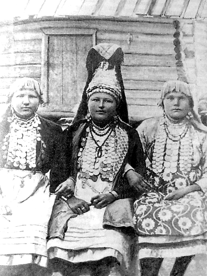 Южные удмуртки. Девушки и женщина (в центре) в праздничной одежде. Малопургинский ёрос. 1930 год. Удмуртская народная одежда.