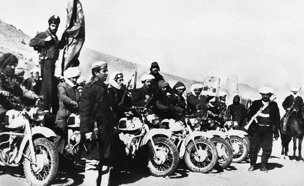 Афганские моджахеды на мотоциклах ИЖ. Западный Афганистан. 14 января 1980г.