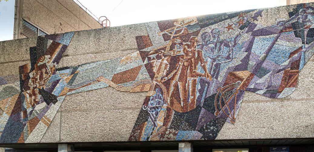 """Панно """"Труд учёных, рабочих и инженеров"""" на фасаде Механического завода (Промышленная 8/1)."""