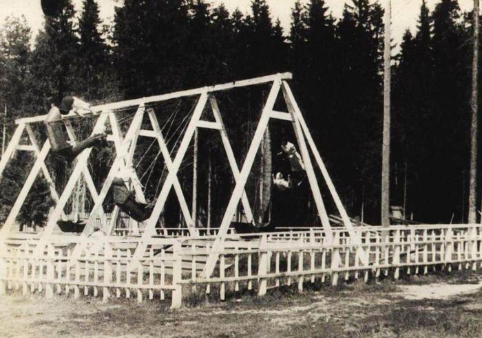 Деревянные, не механические качели, они были до 60-х годов. Парк Кирова. Ижевск.
