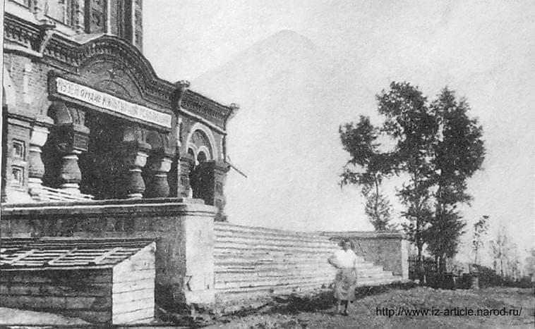 """Западный (центральный) портал храма. Надпись над входом гласит: \""""Музей - орудие культурной революции\"""". До 1937 года здесь размещался краеведческий музей. Фото 1936 года."""