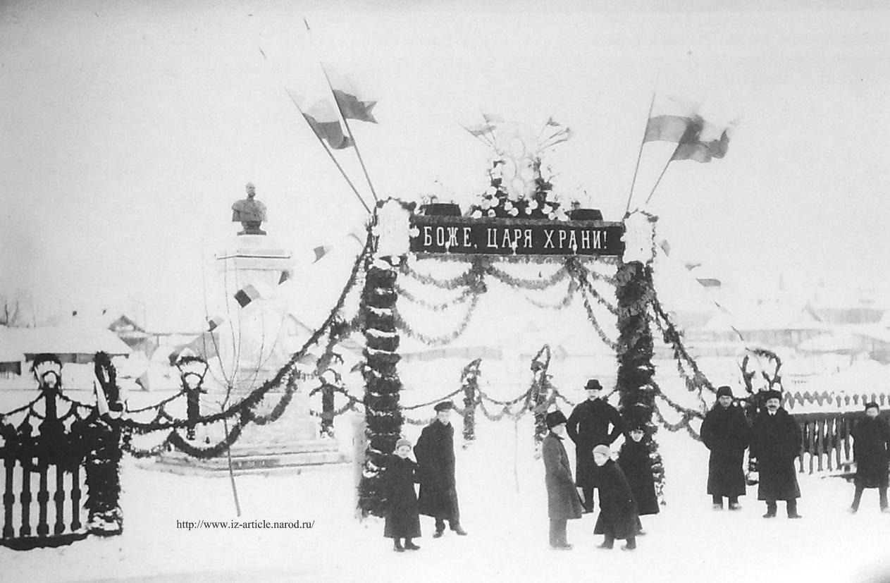 Памятник Александру II, установленный в сквере у Духовного училища (ныне ул.Революции). Снимок 1910-1914 гг. Фотограф Молчанов П. Глазов.