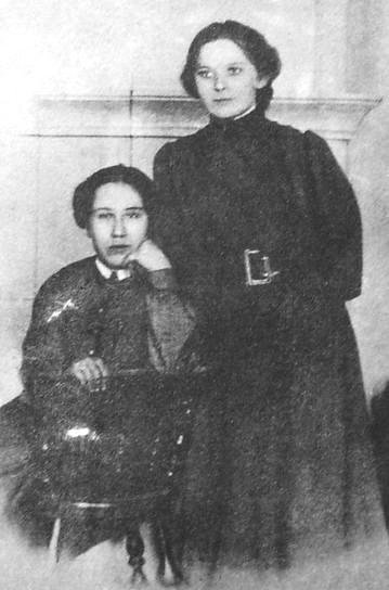 Сретенская З.В. - учительница, участница революции 1905-1907 гг. (слева) и Лекомцева Ю.А. Январь 1907г.