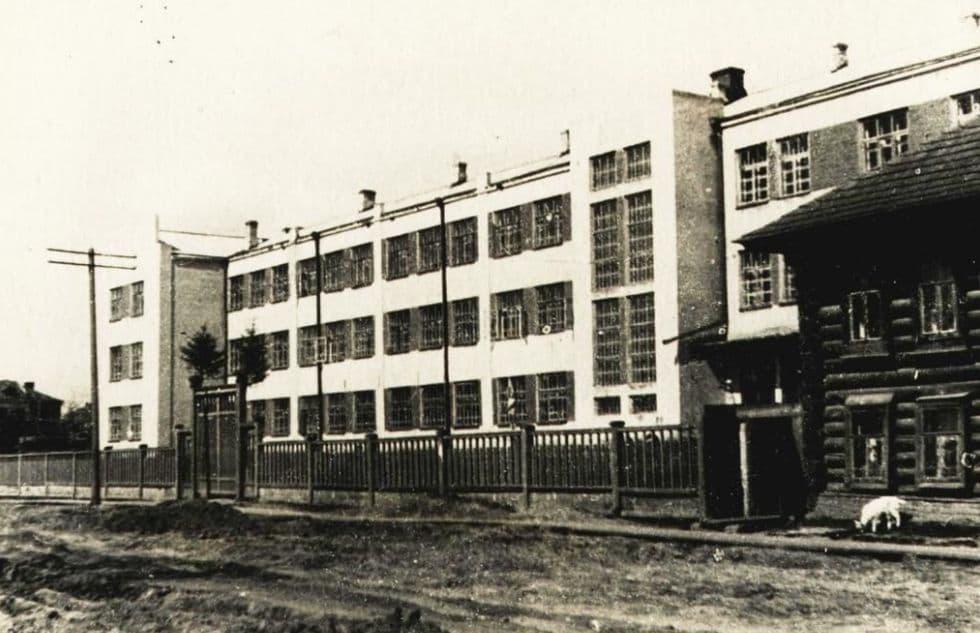 Улица Красногеройская. Школа №19 (в наши дни - школа №30). Ижевск. 1935-1936г.