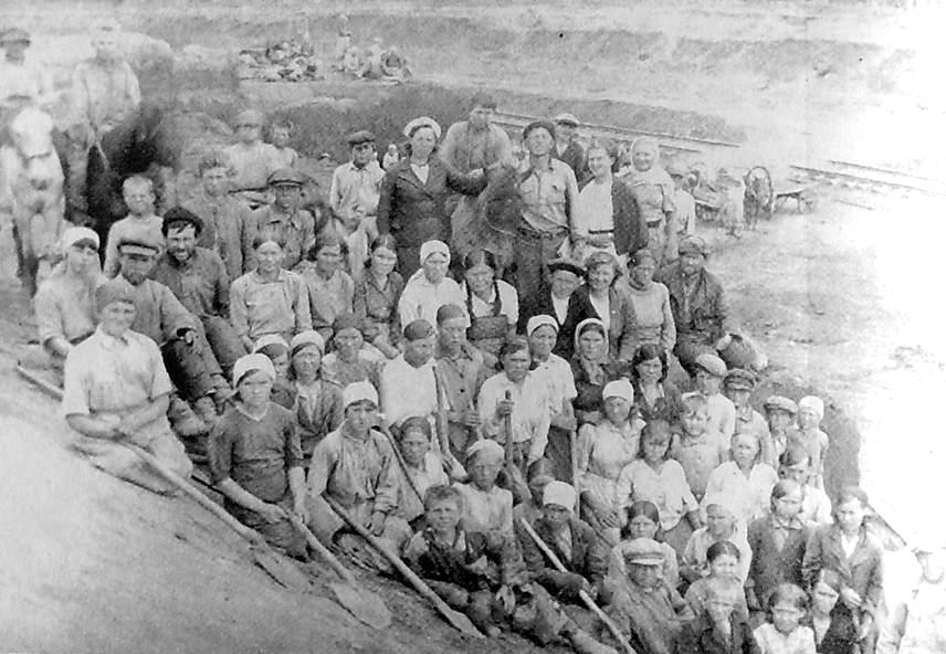 Колхозники Ярского района, разрабатывавшие выемку у ст. Пастухова. 1942-43 гг.