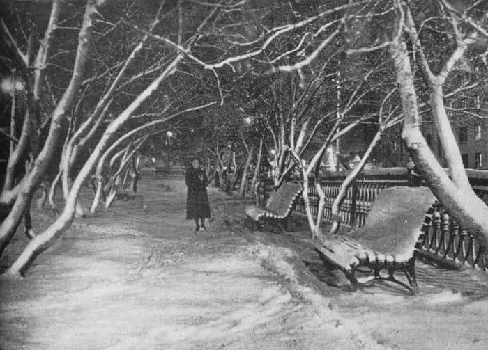 Зимний сквер у кинотеатра Колосс, 1967 год. Ижевск.