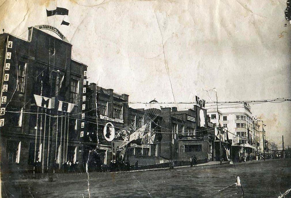 1 мая 1937 года. КОР. Здание дома Правительства УАССР. Фото сделаны политруком внутренних войск НКВД Александром Вячкилевым.