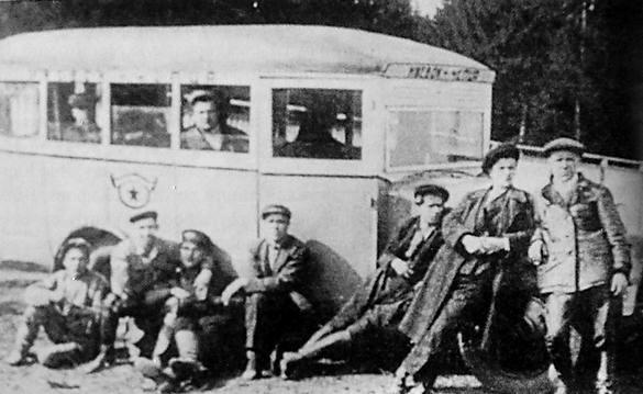 Первые ижевские автобусы были деревянные. Ижевск. Старые фото.