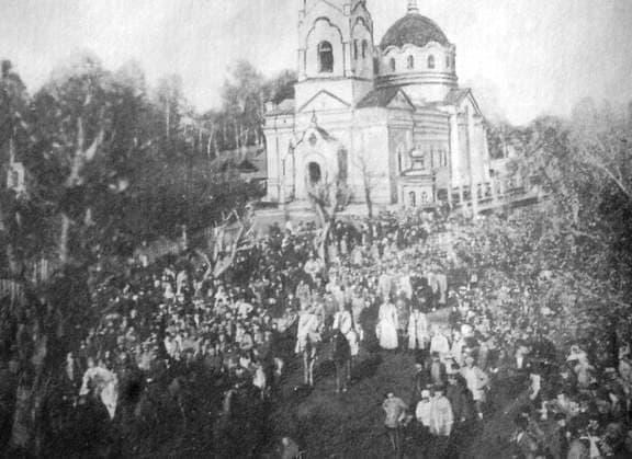 Революционная манифестация перед Пророко-Ильинской церковью на ул. Советской. 10 мая 1924 г.