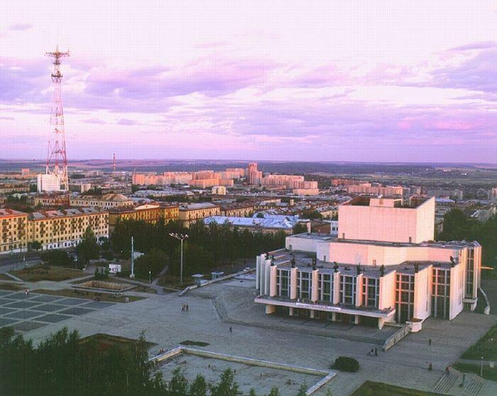 Вид Центральную площадь Ижевска с высотки на ЦП, конец 90-х - начало 2000-х.  Театр оперы и балета, телевышка.