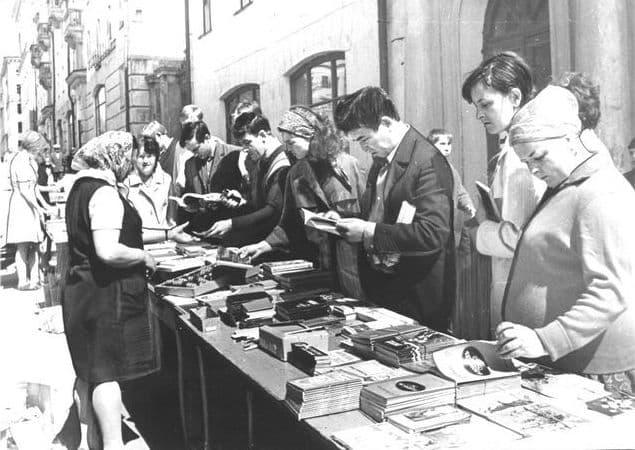 Торговля книгами на улице Пушкинской Ижевск.