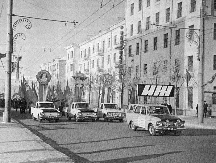 Демонстрация 1 мая 1972 г. Ул. Советская Ижевск. Фото: С. Н. Селивановский.