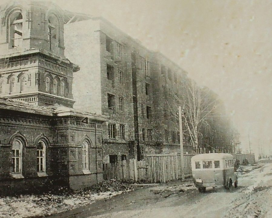 Ул. Советская. 1936 г. Еще стоит Покровская церковь. Справа от нее строится дом №16. Сейчас на месте Покровской церкви – пристрой с номером 16а. Ижевск.