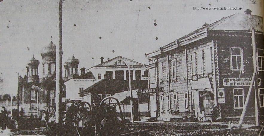 Вид на центральную площадь Глазова с Преображенской улицы в начале столетия.