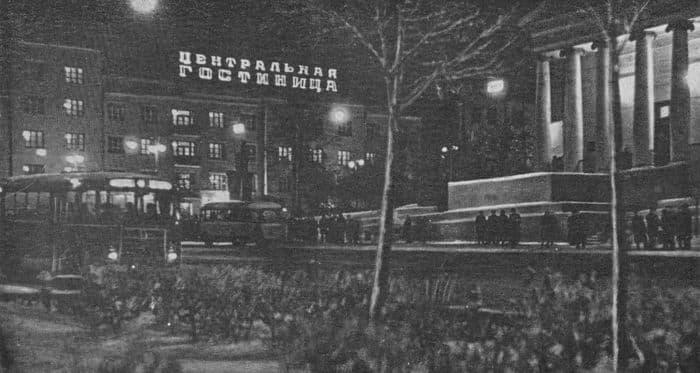 Автобусные остановки на улице Горького. Центральная гостиница. Кинотеатр Колосс. Фото из книги Ижевск 1963.