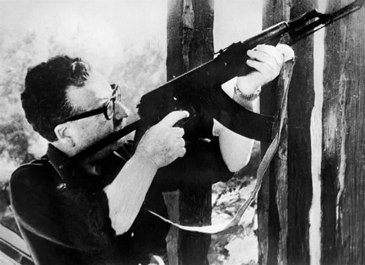 Сальвадор Аленьенде - президент Чили, погиб как герой с автоматом в руках сражаясь с фашистами.
