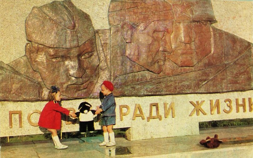 """Монумент боевой и трудовой славы в Ижевске.  Фотоальбом """"Ижевск"""" 1969 г."""