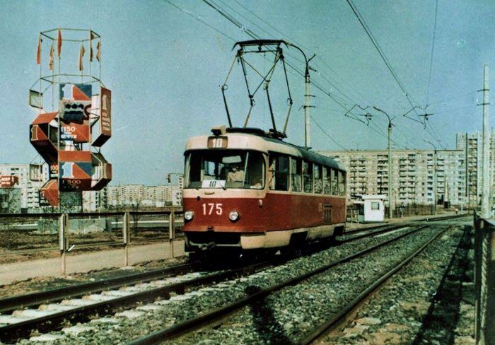 Ижевск. Трамвай №10. Агитационно-декоративная стела на остановке ул. 40 лет Победы. 1980-е годы.