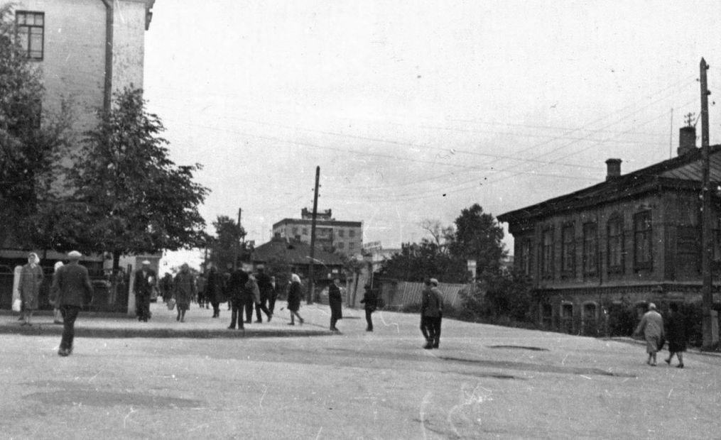 Перекресток улиц Ленина и Красной, 50-ые годы. Ижевск. В центре дом Ленина 8, слева Красная 154.