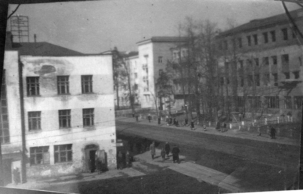 В начале 1960-х здание НКВД/МВД  Советская 17 было перестроено. Был изменен фасад, надстроен 4-й этаж. Архив А.К.Пекшуровой. Ижевск.