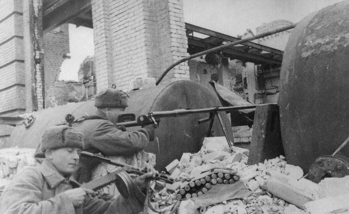 Бронебойщики ведут огонь по немецким танкам. Сталинград, ноябрь 1942 г. Противотанковое ружьё системы Дегтярева В.А. (ПТРД-41) во время ВОВ.