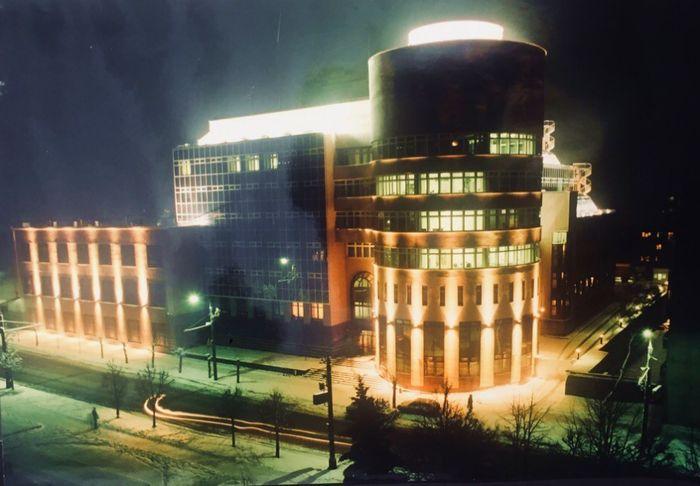 Здание Центрального банка после реконструкции. Справа от банка расположен заезд во дворы. Фото: 1999 год, музей ЦБ УР. Ижевск.