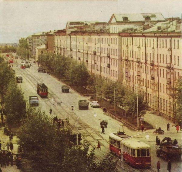 """Улица Ленина (тогда Труда). Фотоальбом """"Ижевск"""" 1967 г."""