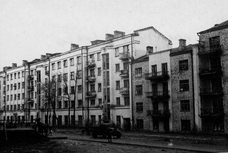 Дом №16 на Советской до войны. Сейчас здесь «Дом архитектора», а в те годы был кафетерий. Справа виден угол дома №186  ул. Пушкинская.