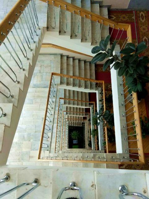 Лестница в здании Госсовета. 2019 год. Площадь имени 50-летия Октября, 15. Ижевск.