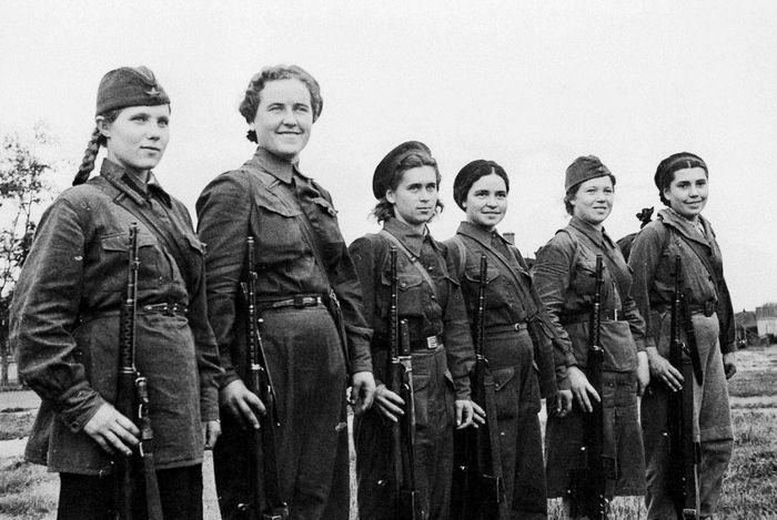 Женщины - ополченцы с винтовками СВТ. Москва. 1941 год.
