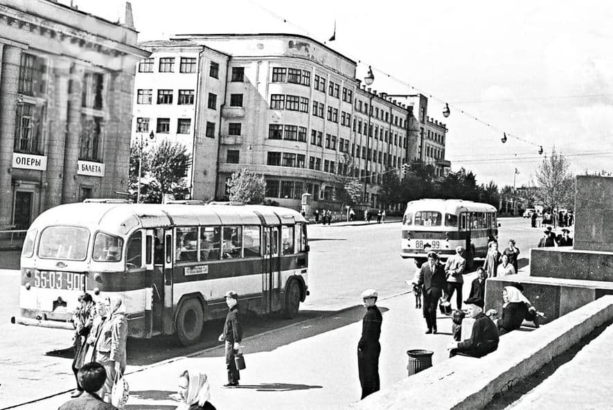 Улица Горького, автобусная остановка у Колосса, фото 1964 года. Cтарый Ижевск.