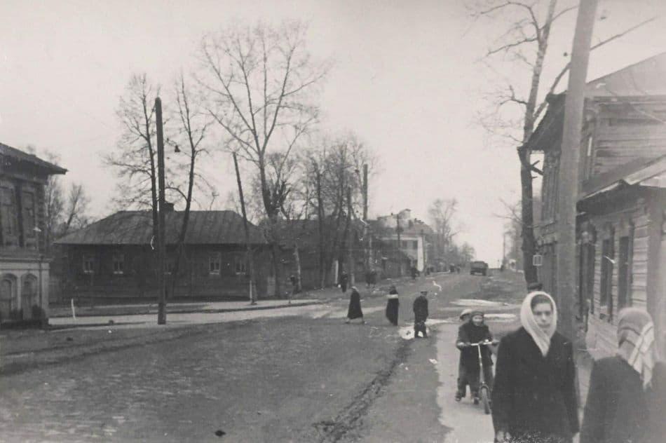 Перекрёсток улицы Свободы и Красногеройского переулка. 1950-1960-е годы Фото: Ю. Г. Ожигов, ЦГА УР. Ижевск.