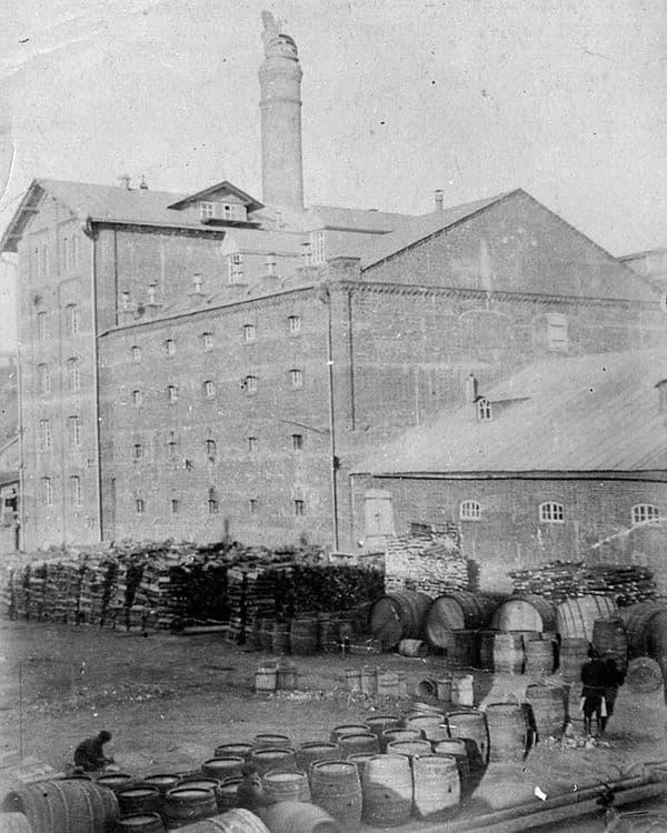 Пивоваренный завод Бодалева. На заднем плане солодовая башня пивоваренного завода. Фото около 1890 г.