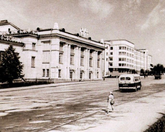ДВОРЕЦ КУЛЬТУРЫ МАШИНОСТРОИТЕЛЕЙ. Ижевск. 1954 год.