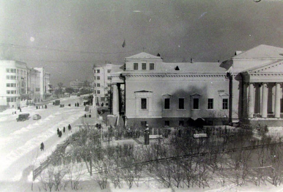 Кинотеатр Колосс. Слева улица Горького. Лицом к ней стоит памятник Сталину. Не сохранился.
