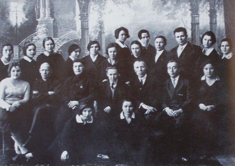 Первый выпуск пединститута. Ижевск. Во втором ряду второй слева - Кедра Митрей. 1934 г.