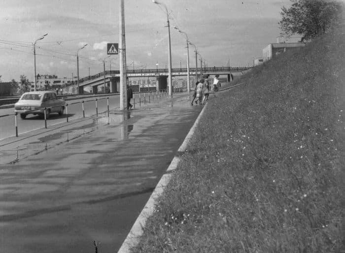 Улица Карла Маркса сразу же после строительства моста с Центральной площади. Ижевск. Фото: 1979 год.