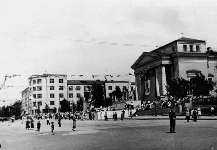 Площадь Пастухова. Республиканский фестиваль молодежи. 1957 г. Памятник Сталину в центре перед кинотеатром Колосс. Ижевск.