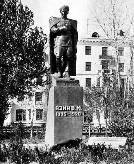 Памятник Владимиру Азину на привокзальной площади Ижевска.