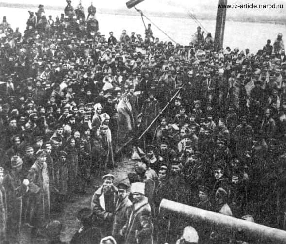 Люди в рогожах - люди, освобожденные с - баржи смерти у Сарапула. 1918 г.