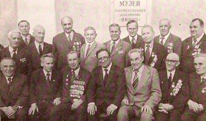 Встреча ветеранов Ижевского завода. В центре бывший директор завода (в довоенное время) Новиков В.Н.  Калашников М. второй слева в первом ряду.