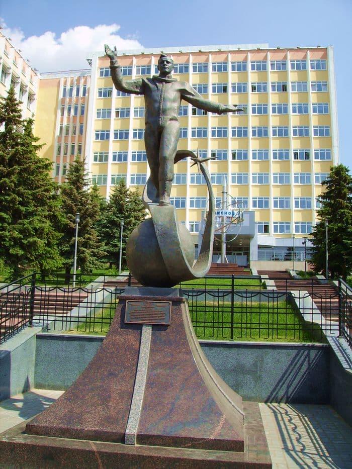 Памятник Гагарину в Ижевске. На улице Горького в Ижевске возле производственного корпуса завода «Аксион».
