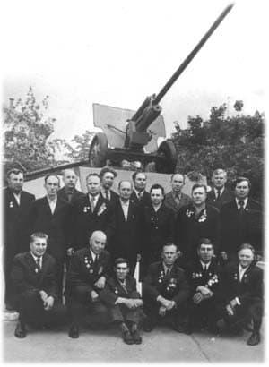 Ветераны артдивизиона у памятника в Ижевске, 9 мая 1975 года.