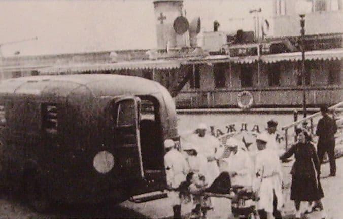 Выгрузка раненых на пристани с. Гольяны.