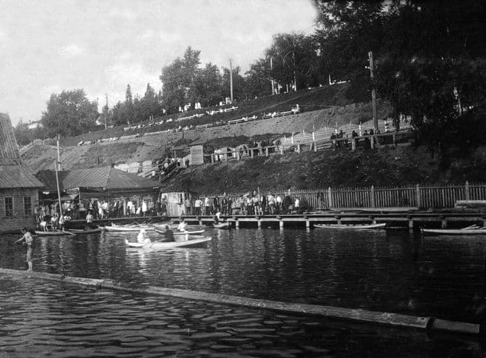 Отдыхающие на берегу Ижевского пруда.