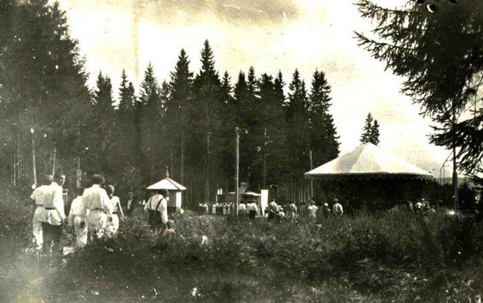 В Парке Кирова: карусель, билетная касса и ларек, 1937 год. Ижевск.