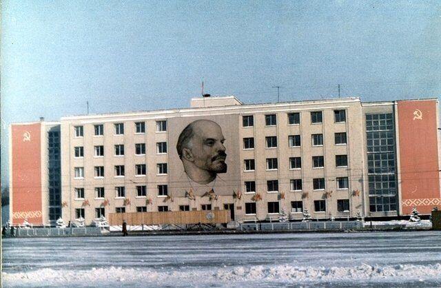 Здание Совмина УАССР, украшенное к 7 ноября, 1975 г. Улица Пушкинская 214 Ижевск.