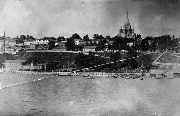 Берег Ижевского пруда до 1937 года, справа видны лодочные причалы, Михайловский собор, улицу Береговую, Бодалевский завод.