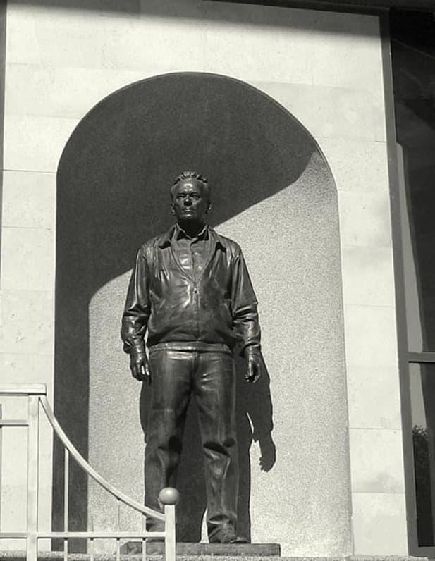 Прижизненный памятник Михаилу Калашникову в Ижевске в музейно-выставочном комплексе