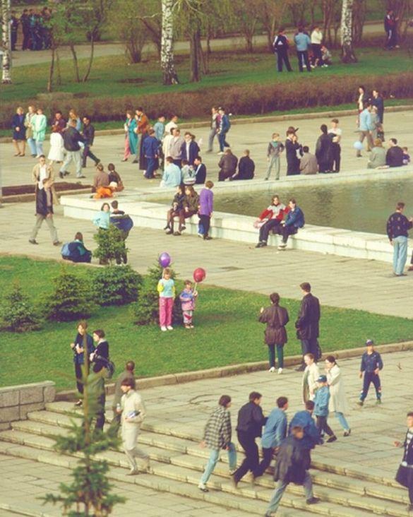 Ижевчане на Центральной площади Ижевска, конец 90-х г.